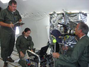 Д-р Шанталь Даркьенн (слева) и Марк Олферт измеряют концентрацию накопления аэрозольного вещества в легких Жанелль Фине во время симуляции притяжения Луны на испытательном самолете. Эксперимент финансируется Национальным космическим биомедицинским исследовательским институтом (NSBRI). Группа ученых под руководством профессора Приска исследует, как в условиях слабой лунной  гравитации ведет себя вдыхаемая пыль в человеческих легких и оценивает, какому риску подвергается здоровье астронавтов.   (кликните картинку для увеличения)