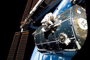 Первый выход в открытый космос астронавта ESA Ханса Шлегеля (Hans Schlegel) (кликните картинку для увеличения)