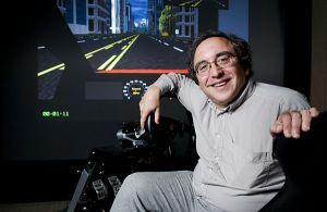 Профессор Клиффорд Насс изучает информационный поток между машиной и человеком в симуляторе Интерактивной мультимедийной лаборатории (кликните картинку для увеличения)