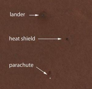 Изображение посадочного модуля Феникса, теплового щита и парашюта (кликните картинку для увеличения)