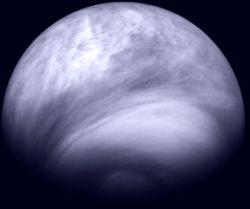 Общий вид южного полушария Венеры, полученный с расстояния 30 000 км. Южный полюс находится снизу, а экватор - сверху.