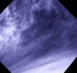 Крупный план переходного района между экваториальными районами с преобладающей конвекцией и среднеширотными районами с преобладающими облаками в виде полос. Этот район расположен на широте около 40-50 градусов и был снят с расстояния около 15 000 км. Пути перехода между структурами и динамикой настолько отличаются один от другого, что это и есть одна из знаменитых загадок в нашем понимании Венеры.