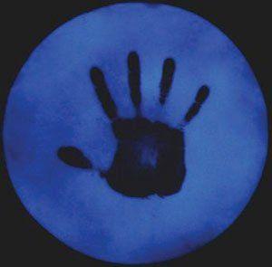 Быстрый простой тест определяет взрывчатые вещества менее чем за одну минуту. Следовые количества тринитротолуола (ТНТ) на кисти человека обнаруживаются по тушению голубой фотолюминесценции кремний-фтор-фтористого полимера (использовано изображение http://pubs.acs.org/cen/news).
