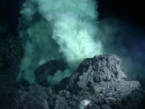 В результате извержения вулкана NW Rota-1 на дне океана образуются клубящиеся кислотные плюмы.  (кликните картинку для увеличения)