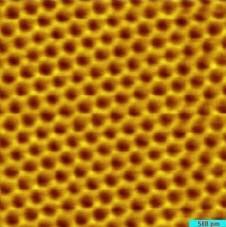Изображение пластины графена, полученное при помощи сканирующего туннельного микроскопа.