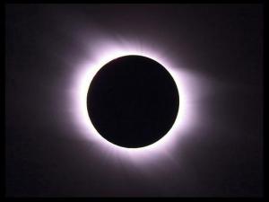 Закат Эйнштейна? Солнечное затмение подтвердило гравитационное линзирование и концепцию Эйнштейна о пространстве-времени. Но новая теория квантовой гравитации создает деление пространства-времени. (Снимок НАСА) (кликните картинку для увеличения)
