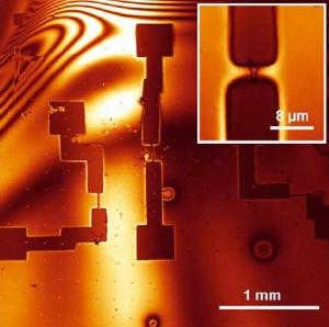 Софокусное флуоресцентное изображение образца. Увеличенный фрагмент показывает контакт металлического электрода с графеновой пластиной. (кликните картинку для увеличения)