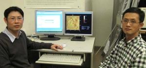 Исследователи демонстрируют изображение поверхности, полученное при помощи новой методики. (кликните картинку для увеличения)