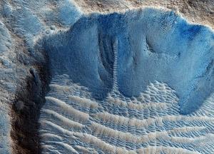 Рябь песчаных дюн в устье гигантского марсианского канала. (Изображение НАСА) (кликните картинку для увеличения)