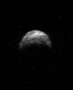 Осенью этого года астероид 2005 YU55 пройдет на расстоянии в 325000 километров. (Изображение НАСА) (кликните картинку для увеличения)