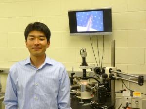 Ученые из США, Японии и Великобритании обнаружили  новый когерентный источник электронного излучения - края листов восстановленного оксида графена. (кликните картинку для увеличения)