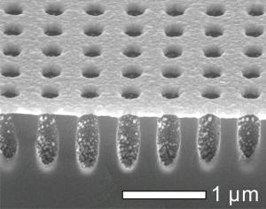 Шаблон из кремния, при помощи которого ученые из США предлагают создавать металлические массивы наноотверстий для исследования экстраординарного оптического пропускания. (кликните картинку для увеличения)