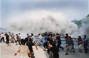 Первая волна цунами часто оказывается не такой разрушительной, как последующие волны. (кликните картинку для увеличения)