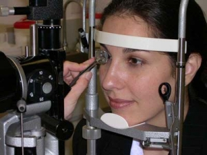 Глаукома является одной из ведущих причин потери зрения во всём мире. Эффективность борьбы с глаукомой во многом зависит от того, на какой стадии развития её удаётся обнаружить. (кликните картинку для увеличения)