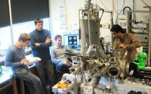 Группа исследователей, участвовавших в разработке минимально возможного молекулярного переключателя. (кликните картинку для увеличения)