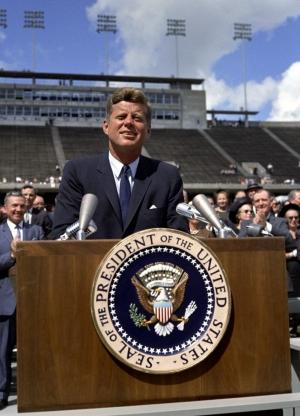 50 лет назад Джон Кеннеди выступил с речью в Университете Райса, где объявил о начале программы пилотируемых миссий на Луну. (Изображение Президентской библиотеки Джона Ф. Кеннеди) (кликните картинку для увеличения)