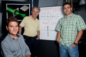 Группа исследователей, предложившая первую в мире плоскую линзу, лишенную монохроматических аберраций. (кликните картинку для увеличения)