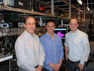Научная группа, предложившая способ существенно повысить долю поглощения электро-магнитных волн графеном. (кликните картинку для увеличения)