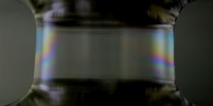 При смачивании двух горизонтальных параллельных друг другу электродов мыльным раствором, между ними образуется канал жидкости, стенками которого являются слои молекул поверхностно-активного вещества. (кликните картинку для увеличения)