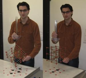 Руководитель научной группы демонстрирует, каким образом при изучении одного и того же образца с помощью ПЭМ можно получить различные картины. (кликните картинку для увеличения)