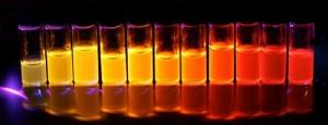 Задействованные при производстве SiLED наночастицы (в растворе) демонстрируют интенсивную люминесценцию в диапазоне от темно-красного до желто-оранжевого цвета. (кликните картинку для увеличения)