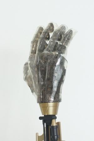 Протез руки, на поверхности которого размещена искусственная кожа, созданная корейскими специалистами. (кликните картинку для увеличения)
